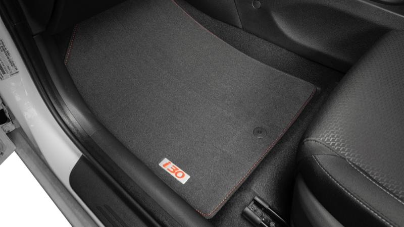 Hyundai_i30_accessories_tailored_carpet_floor_mats_red_stitch_and_red_badge_800x450.jpg