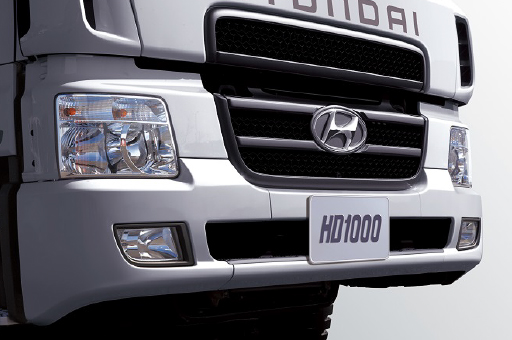 big and wide front grill, bumper and fog lamps
