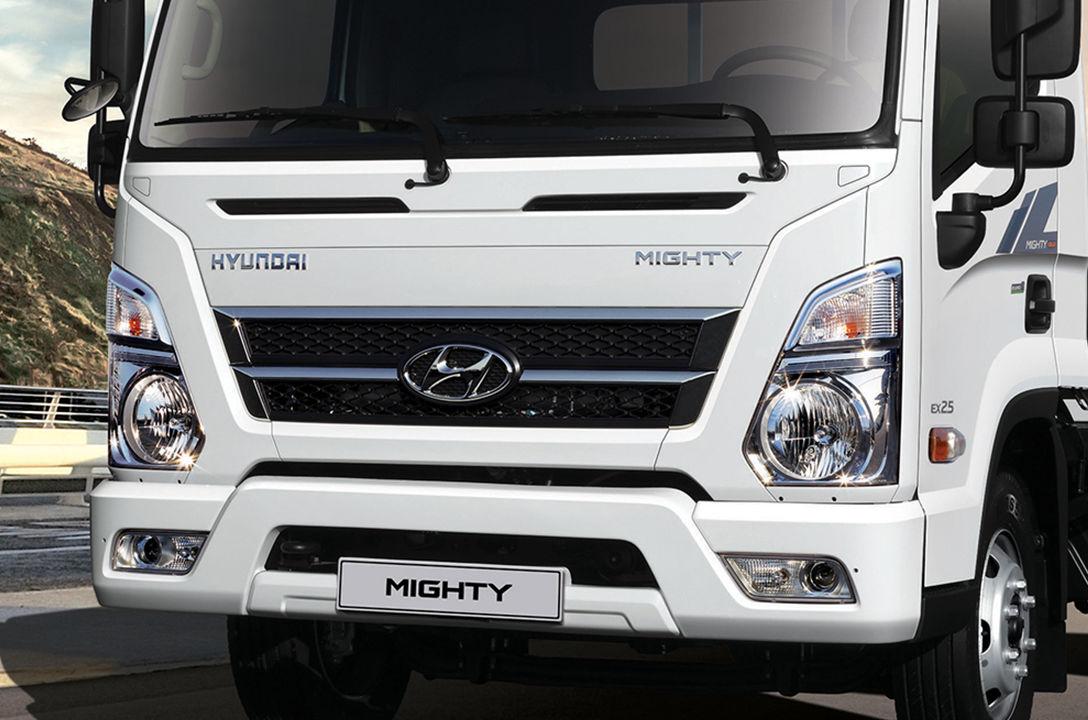 Lưới tản nhiệt chéo năng động với logo của Công ty Hyundai Motors