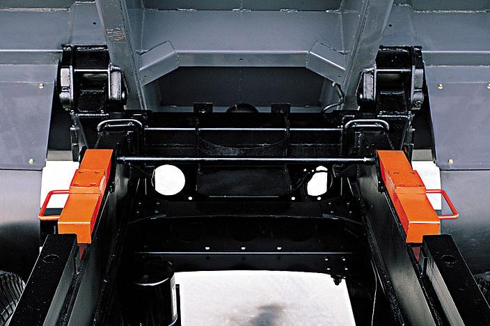 wide dumping hinge mounted to dumping cargo