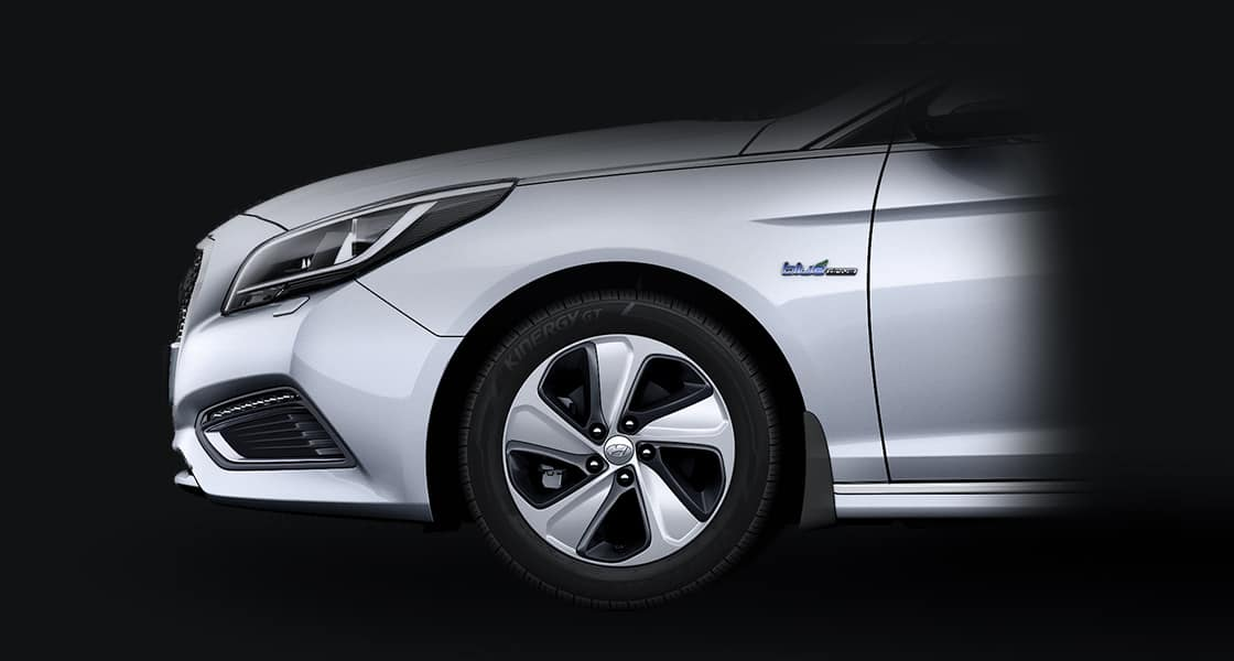 Closer view of Alloy wheel on silver Sonata Hybrid