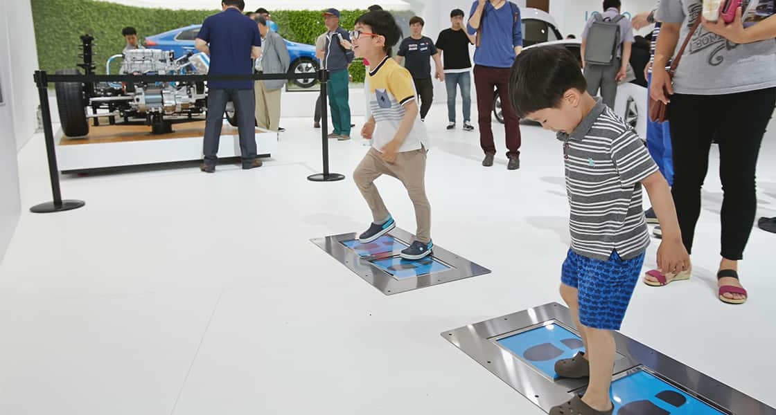 The children testing with energy meter exhibited at the 2016 Busan motorshow