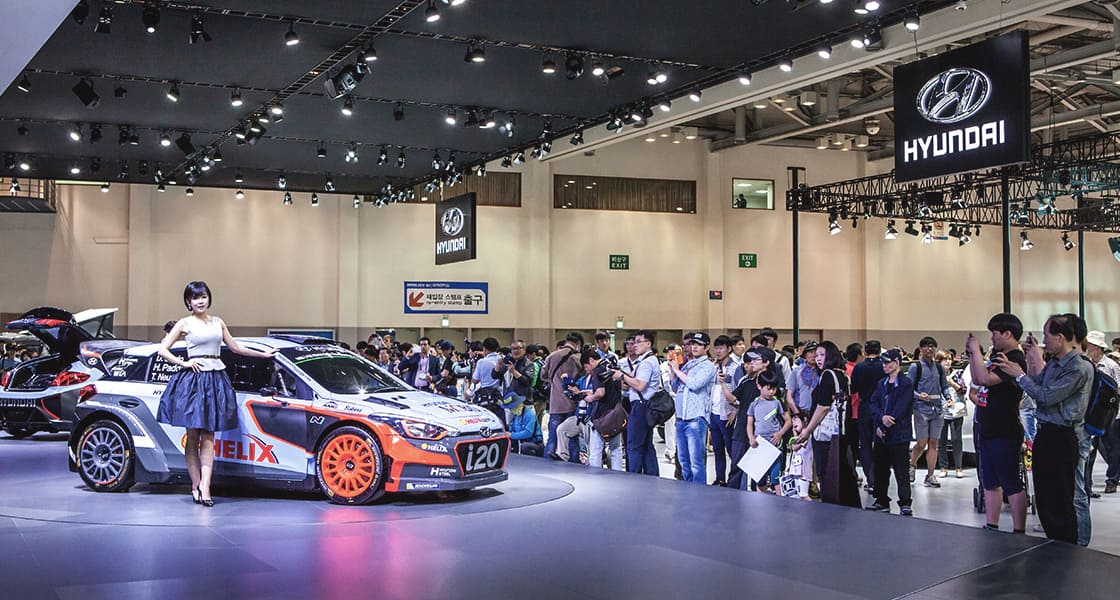 A crowd of people gathered around i20 exhibited at the 2016 Busan motorshow
